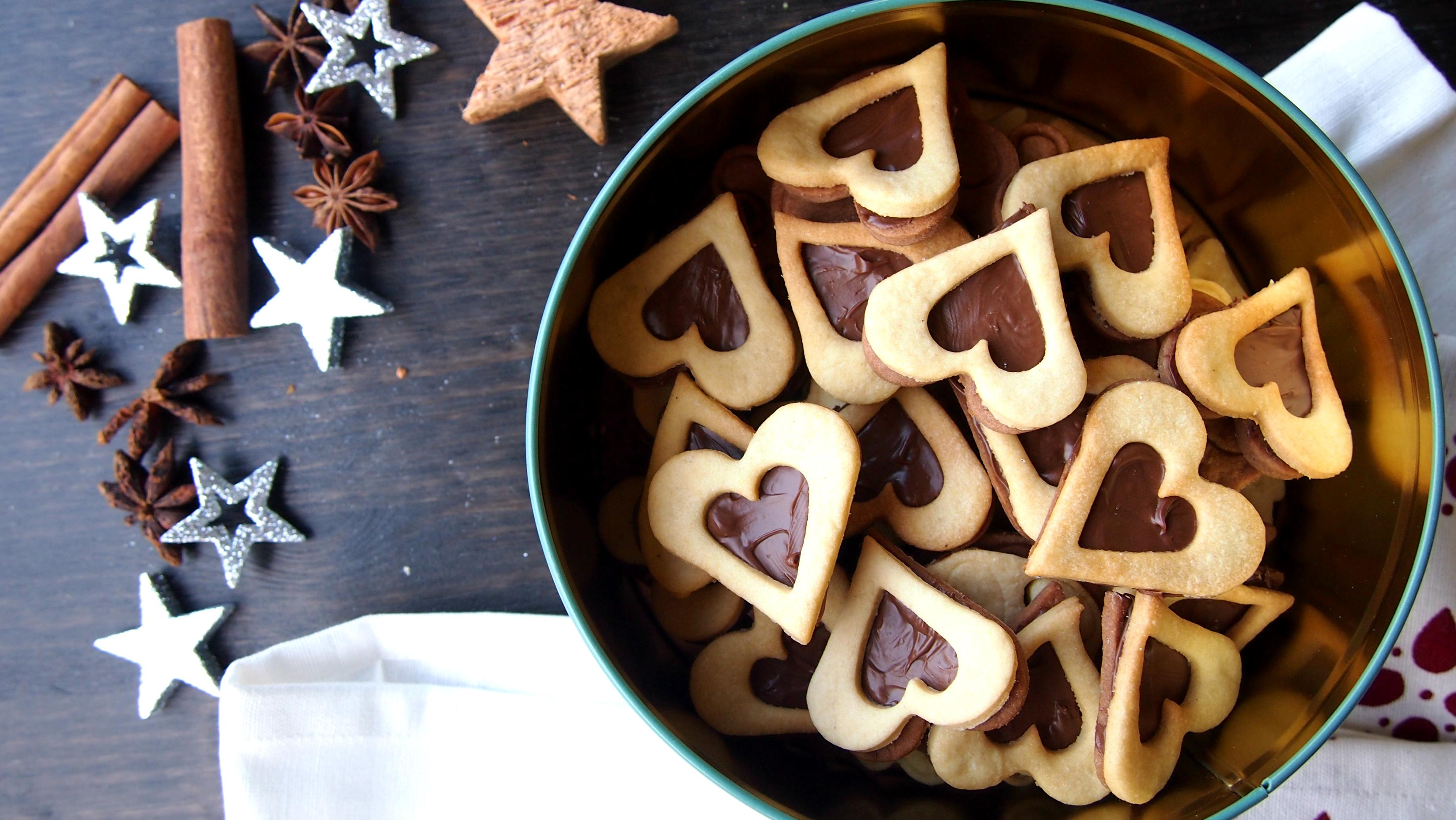 Nutellakekse oder Kakao Butter Kekse mit Nutella in Herzform in einer Keksdose von Depot